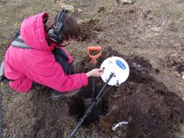 Для сравнения, монету 1 копейка Николая II, нашли с металлодетектором GPX на полтора штыка лопаты.